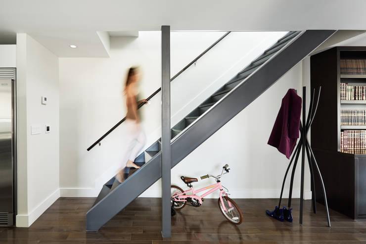Projekty,  Korytarz, przedpokój zaprojektowane przez M Monroe Design