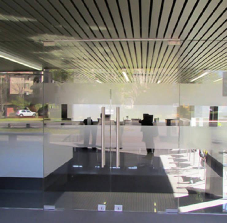 Acceso Clinica Orema: Oficinas y tiendas de estilo  por DeskWORK Chile