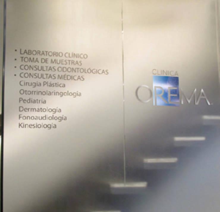 Empavonado Clinica Orema: Oficinas y tiendas de estilo  por DeskWORK Chile