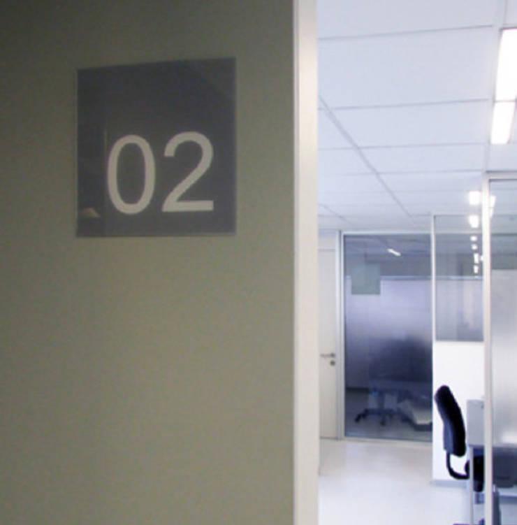 Señalética Clinica Orema: Oficinas y tiendas de estilo  por DeskWORK Chile
