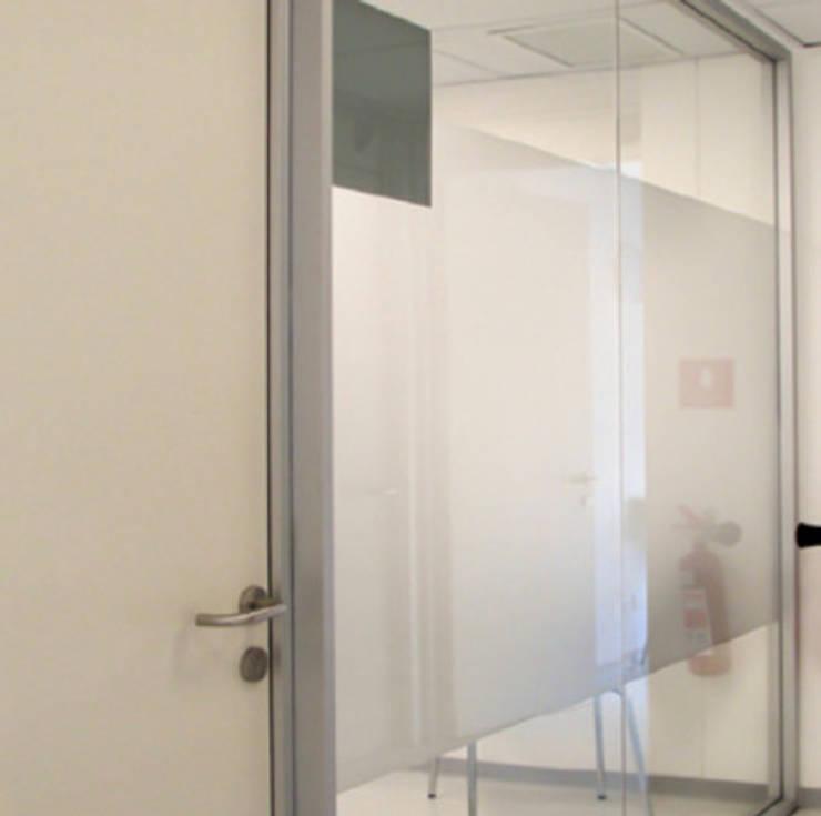 Empavonados box atención Clinica Orema: Oficinas y tiendas de estilo  por DeskWORK Chile