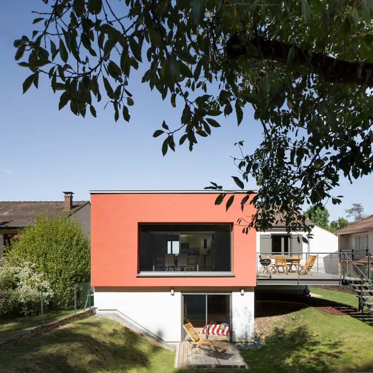 Extension d'une maison individuelle comprenant une adaptation pour une personne à mobilité réduite et une rénovation thermique de la partie existante: Maisons de style  par nine architectes