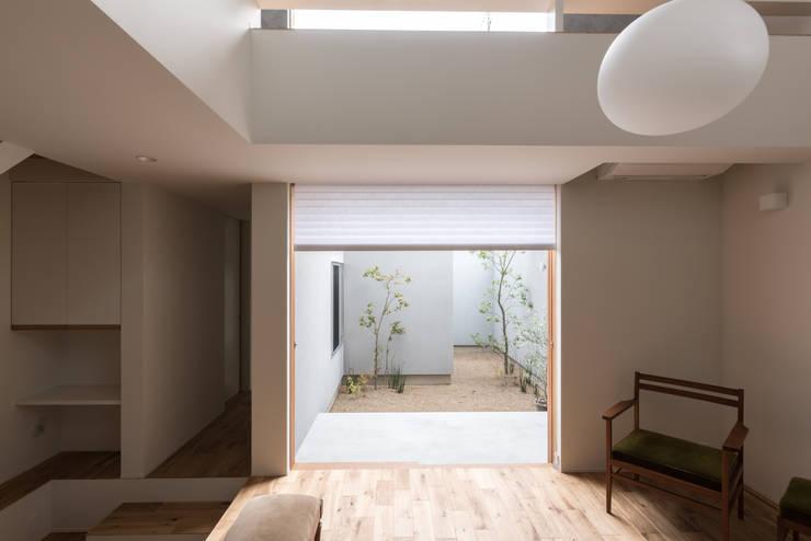 Living room by 安江怜史建築設計事務所