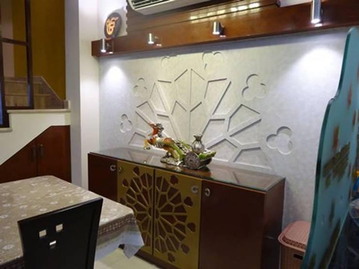 Villa Interiors at Ghaziabad:  Dining room by Ar. Sandeep Jain