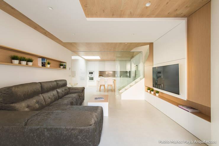 Salas / recibidores de estilo moderno por Pablo Muñoz Payá Arquitectos