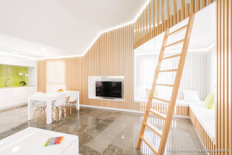 Livings de estilo moderno por Pablo Muñoz Payá Arquitectos