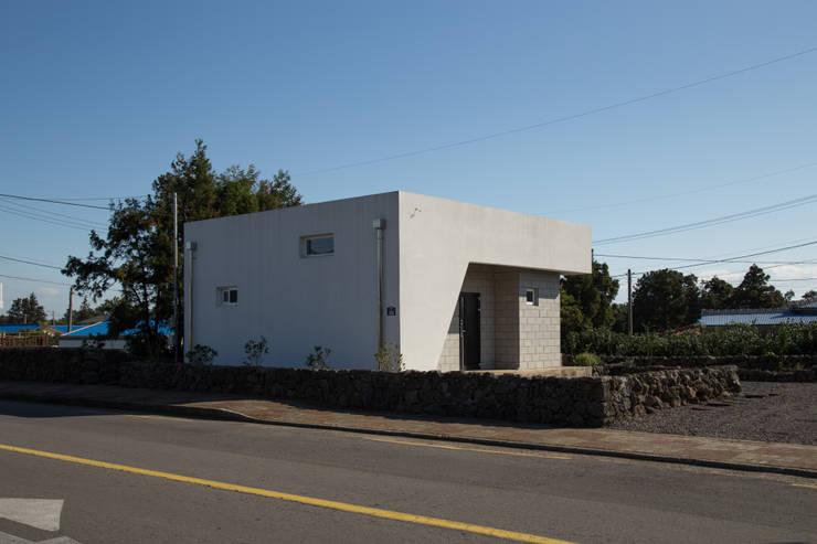 눌치재: 아키제주 건축사사무소의  주택,