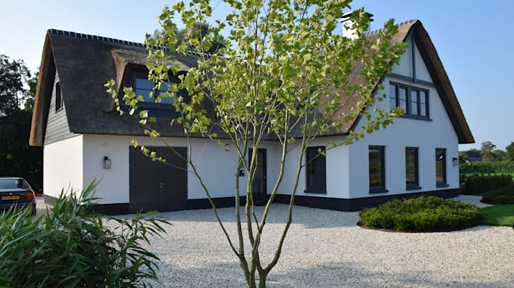 Klassieke tuin Leek:  Tuin door KLAP tuin- en landschapsarchitectuur