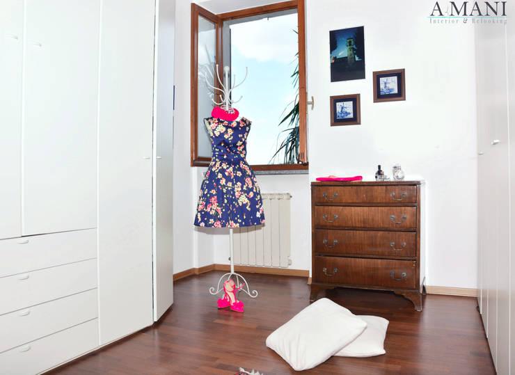 Camera Armadi: Camera da letto in stile  di A4MANI - Interior & Architecture