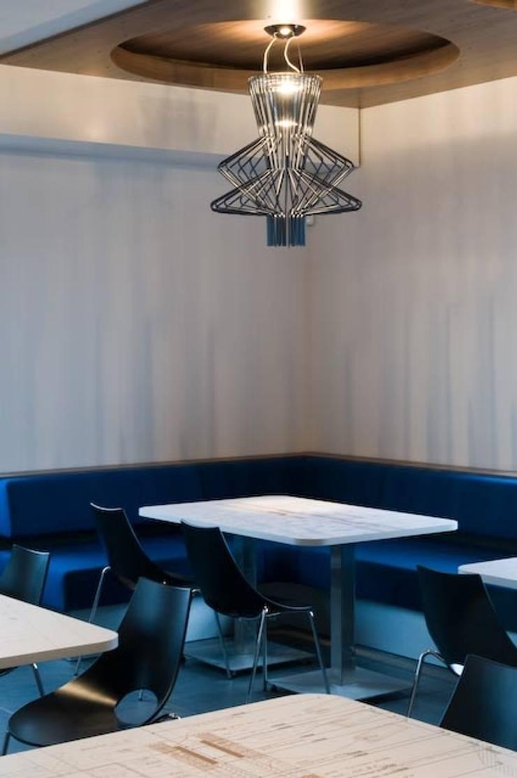Duratherm bedrijfskantine te Elburg Hoekbank:  Kantoorgebouwen door LINDESIGN Amsterdam Ontwerp Design Interieur Industrieel Meubels Kunst, Modern Hout Hout