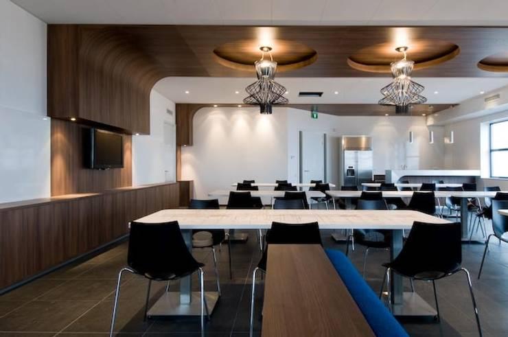 Duratherm bedrijfskantine te Elburg:  Kantoorgebouwen door LINDESIGN Amsterdam Ontwerp Design Interieur Industrieel Meubels Kunst, Modern Hout Hout