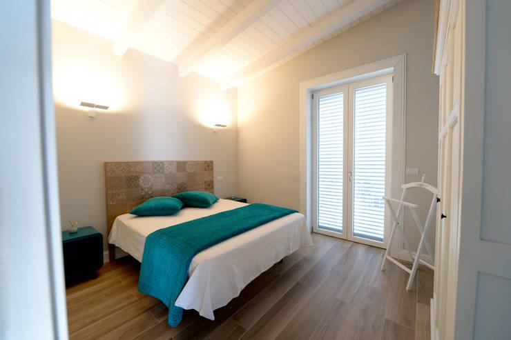 Projekty,  Sypialnia zaprojektowane przez yesHome