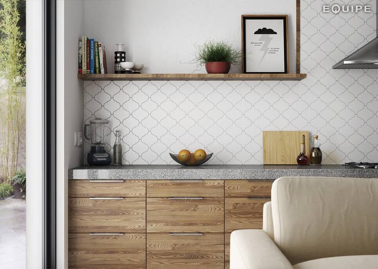 Scale Alhambra: Salones de estilo  de Equipe Ceramicas