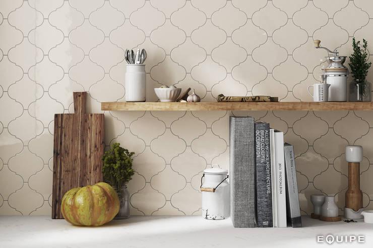 Scale Alhambra: Bodegas de estilo  de Equipe Ceramicas