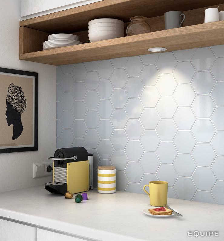 Scale Hexagon: Cocinas de estilo  de Equipe Ceramicas
