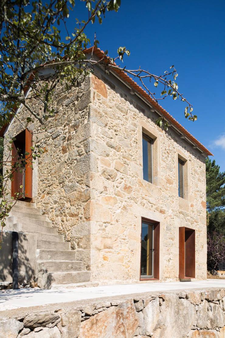 SH HOUSE: Casas  por PAULO MARTINS ARQ&DESIGN