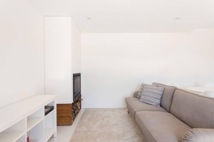 Salas / recibidores de estilo escandinavo por PAULO MARTINS ARQ&DESIGN
