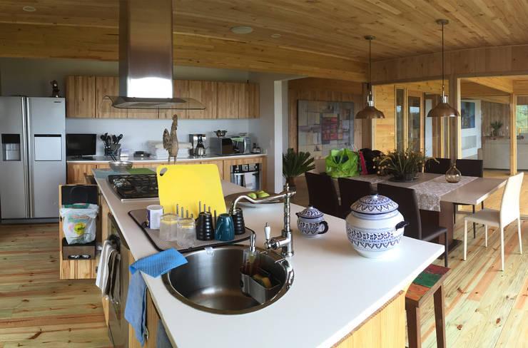 La modernidad de una cocina en madera: Cocinas de estilo  por Taller de Ensamble SAS
