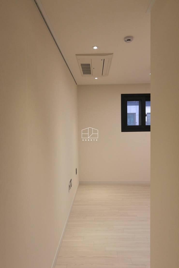 이국적인 느낌의 35평 빌라 인테리어: 홍예디자인의  침실