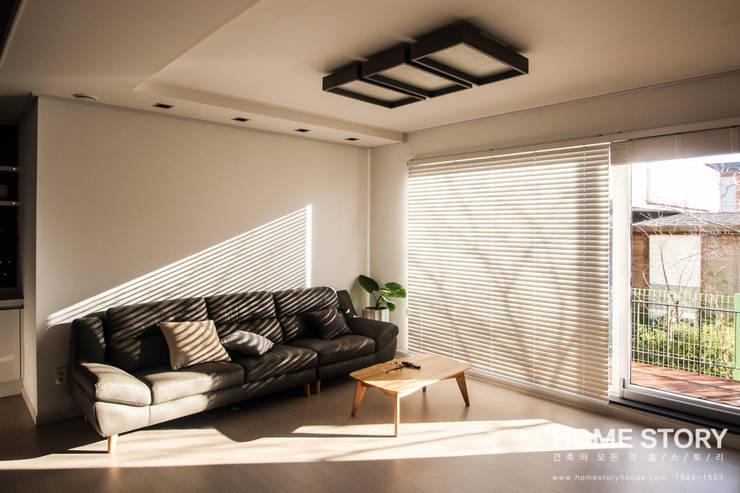 [포항주택]  도심 속 모던 ALC주택, 포항 테라스 하우스 Terrace House: (주)홈스토리의  거실