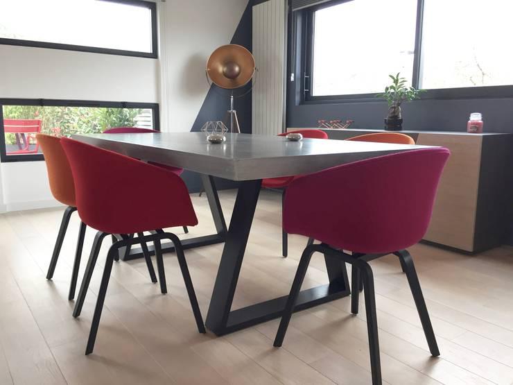 Décoration d'un salon/salle à manger béton et graphisme !: Salle à manger de style  par ATDECO