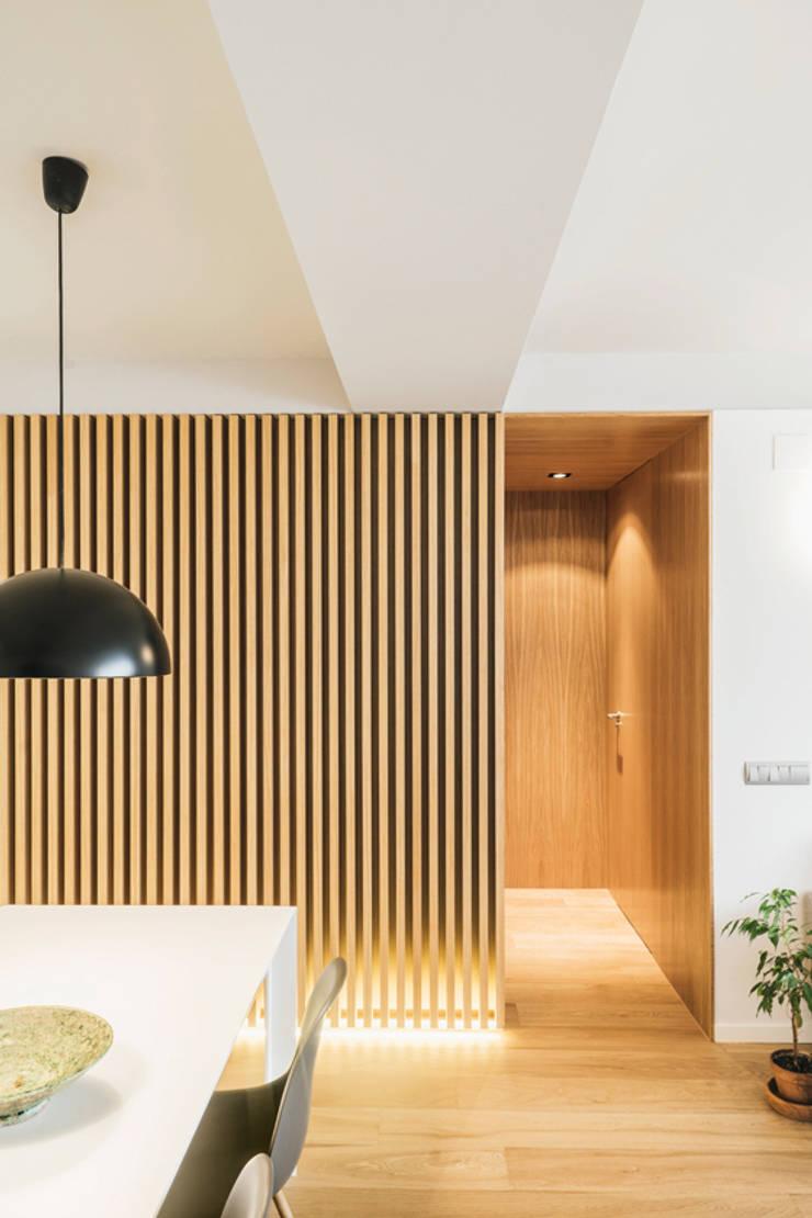 Dining room by Iglesias-Hamelin Arquitectos c.b., Scandinavian Solid Wood Multicolored