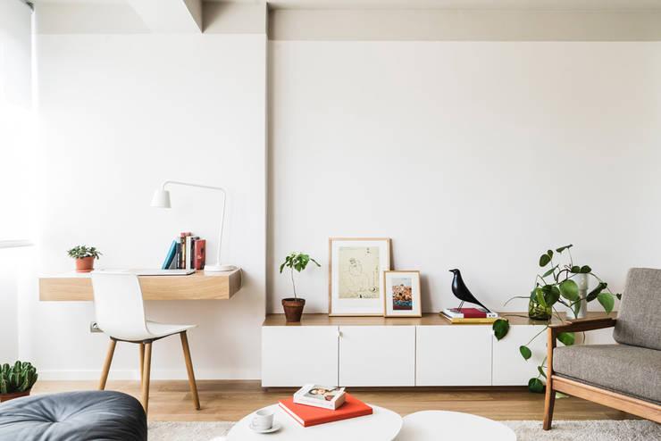 Apartamento Dado - Iglesias-Hamelin arquitectos - muebla bajo salón y escritorio: Salones de estilo  de Iglesias-Hamelin Arquitectos c.b.