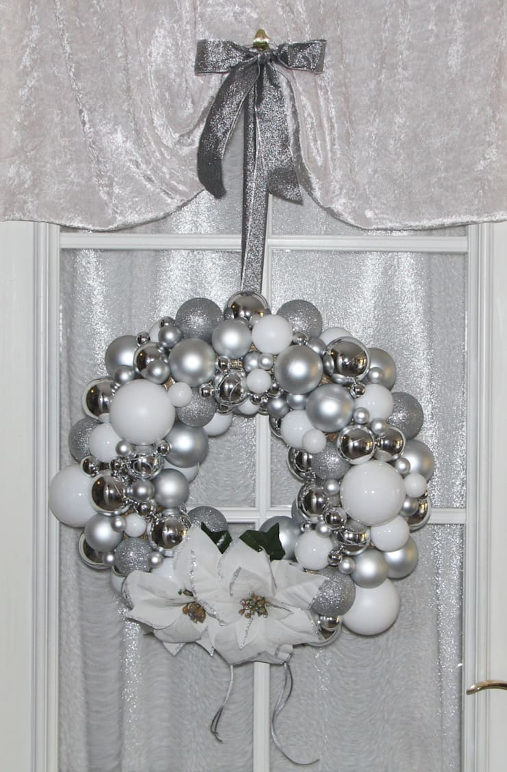 Türkrenz Weihnachten mit weißen Weihnachtsternen und Weihnachtskugeln in weiß & silber: klassische Fenster & Tür von GP METALLUM