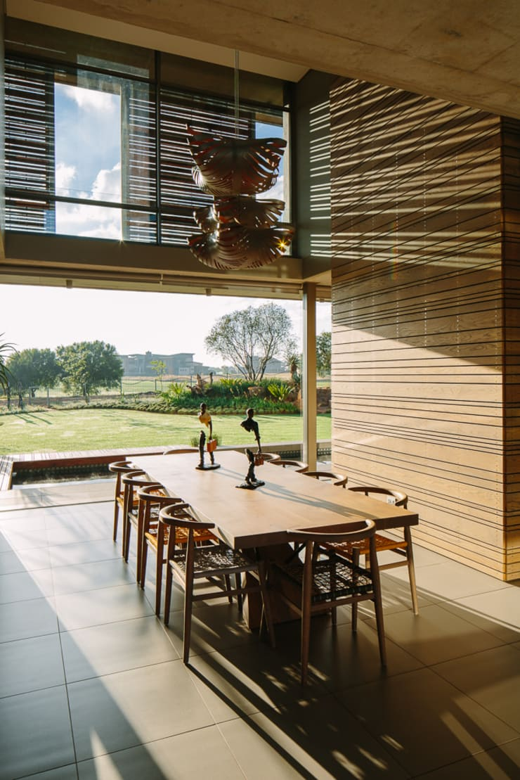 Dining Room:  Dining room by www.mezzanineinteriors.co.za