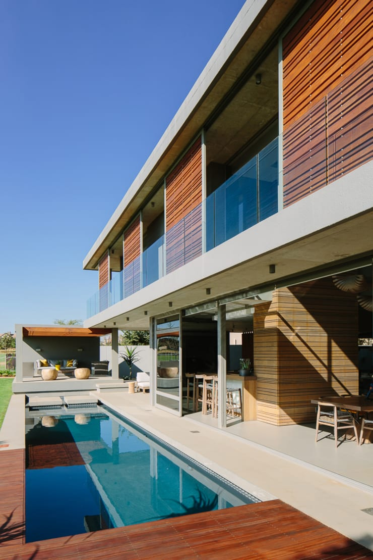 House Serengeti:  Houses by www.mezzanineinteriors.co.za