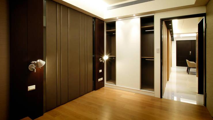 BRAVO INTERIOR DESIGN & DECO    ZEN STYLE:  臥室 by 璞碩室內裝修設計工程有限公司