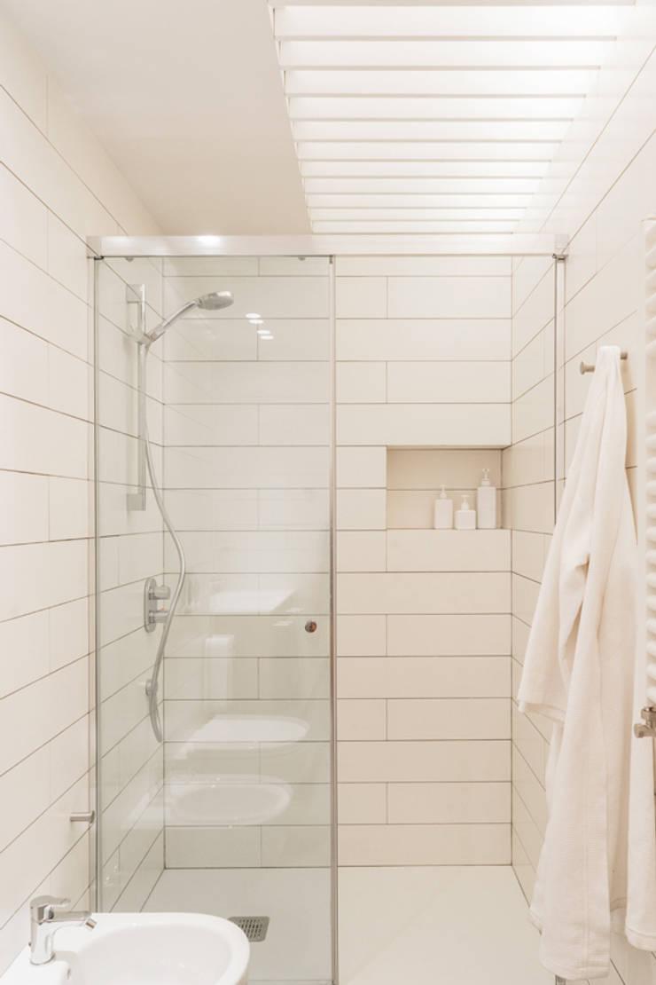 Bathroom by Iglesias-Hamelin Arquitectos c.b., Scandinavian Tiles