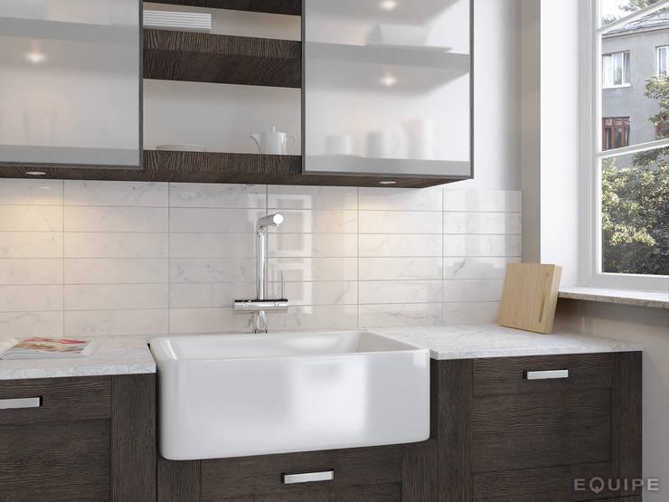 Carrara Brillo 7,5x30: Cocinas de estilo  de Equipe Ceramicas