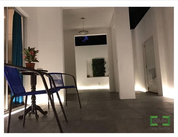 Vestíbulo <q>CK-09</q>: Pasillos y recibidores de estilo  por [GM+] Arquitectos