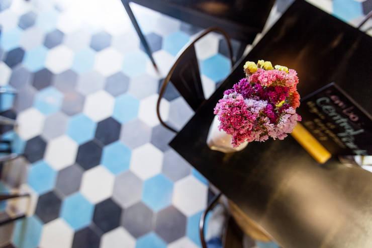Patrón de formas y colores: Comedores de estilo  por Ariadna Argüelles Arquitectura