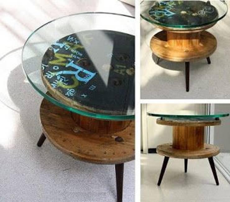 Mesa de luz con carrete de madera y vidrio: Dormitorios de estilo  por Lola Eme Deco