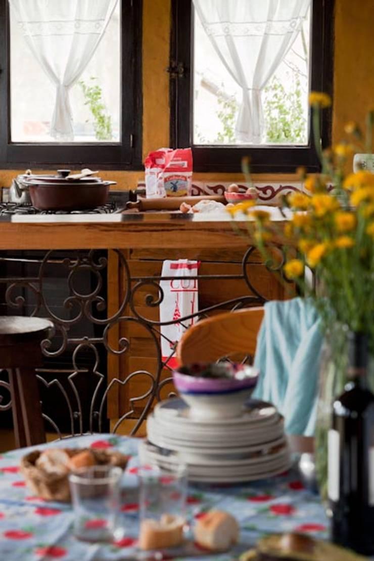 Casa Claudia Carboni: Cocinas de estilo  por Susana Bellotti Arquitectos