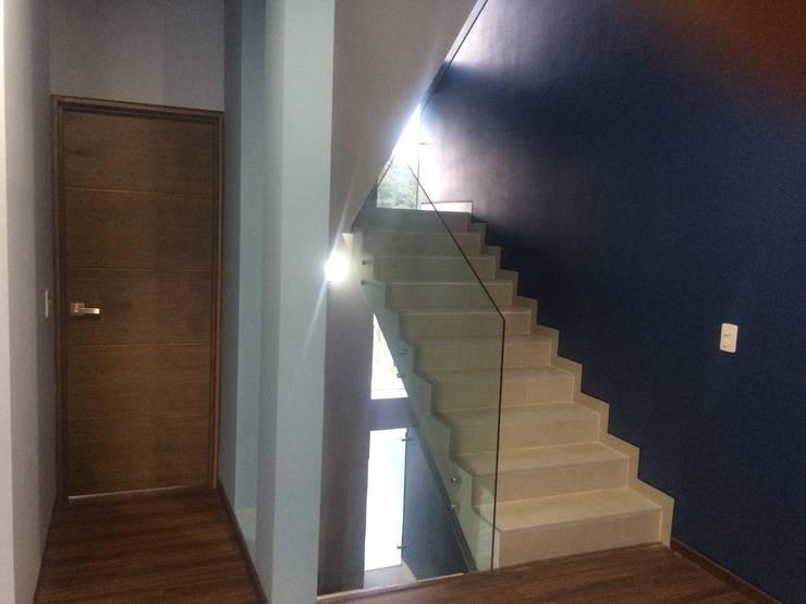 EL ORIGEN: Pasillos y recibidores de estilo  por Arquimia Arquitectos, Moderno