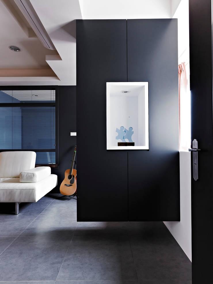 美式都會的時尚風格-寫意人生的輕快節奏:  走廊 & 玄關 by 采金房 Interior Design