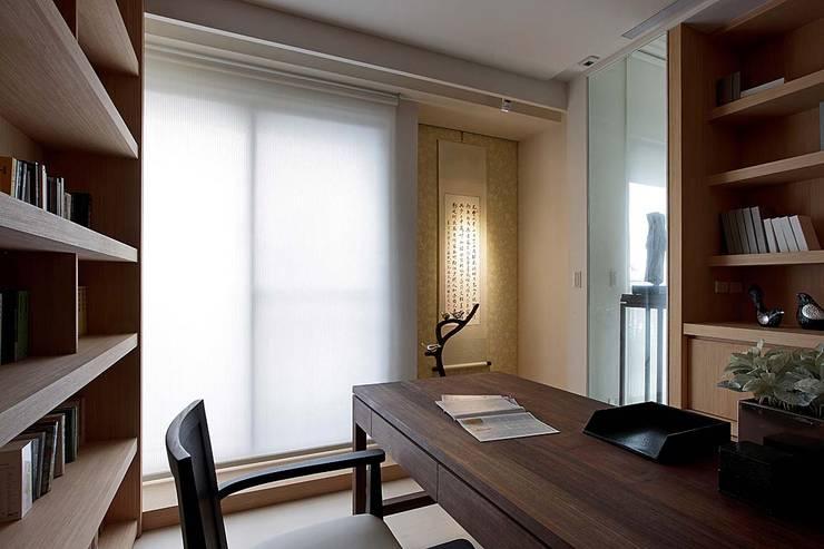 台中彭宅:  書房/辦公室 by 大言室內裝修有限公司