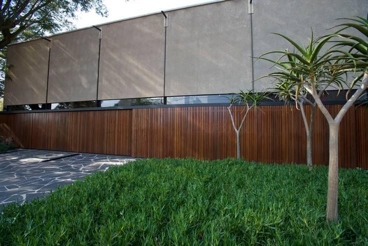 Facade:  Houses by www.mezzanineinteriors.co.za