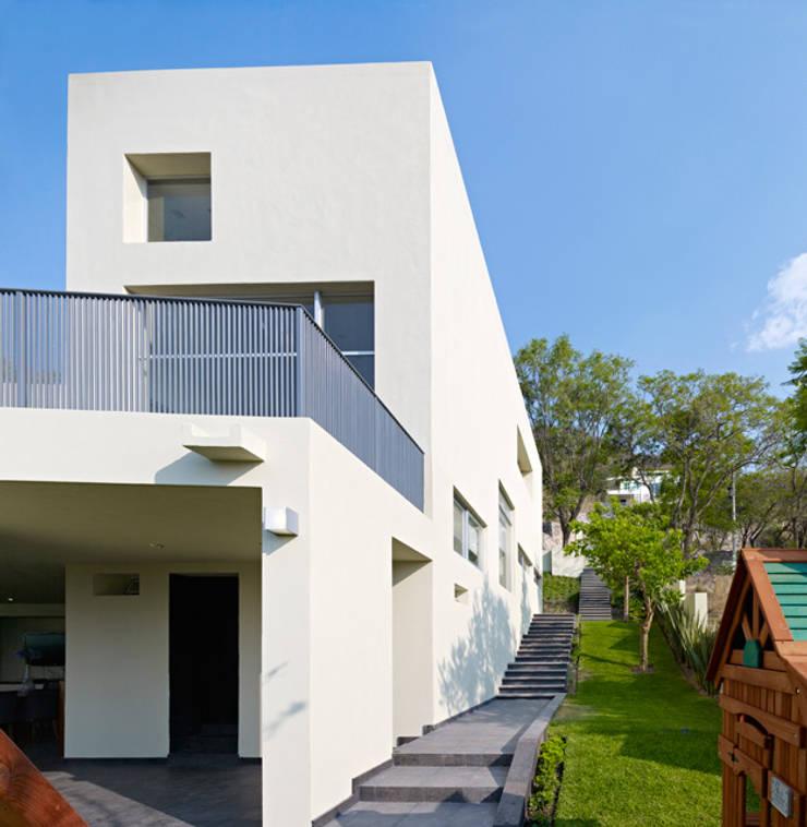 FACHADA TRASERA: Casas de estilo  por Excelencia en Diseño