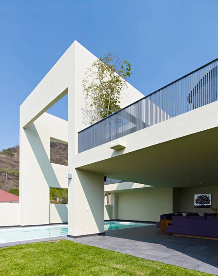 ALBERCA: Casas de estilo  por Excelencia en Diseño