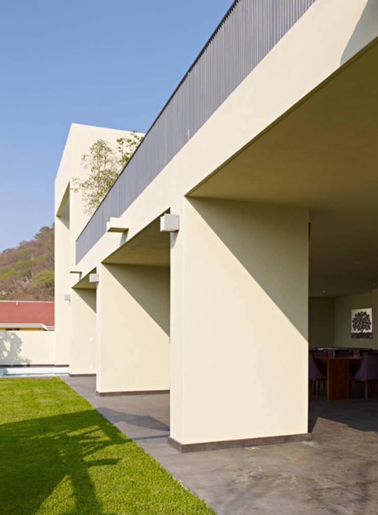 TERRAZA : Casas de estilo  por Excelencia en Diseño