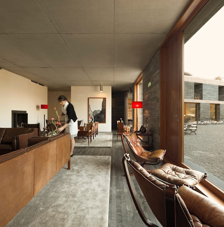 hotel vínico quinta do vallado: Salas de estar  por Menos é Mais - Arquitectos Associados