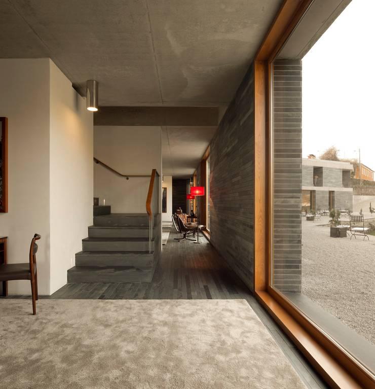 hotel vínico quinta do vallado: Janelas   por Menos é Mais - Arquitectos Associados