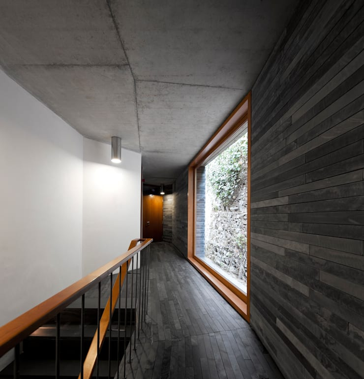 hotel vínico quinta do vallado: Corredores e halls de entrada  por Menos é Mais - Arquitectos Associados