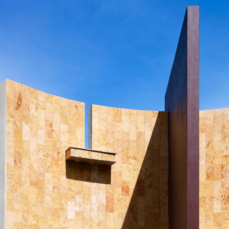 DETALLE DE  INGRESO: Casas de estilo minimalista por Excelencia en Diseño