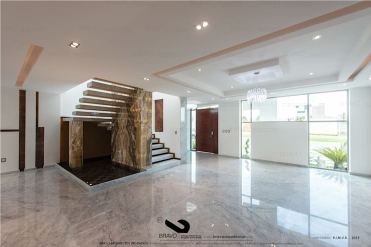 ESCALERA: Salas de estilo  por BRAVO ARQUITECTOS INGENIEROS