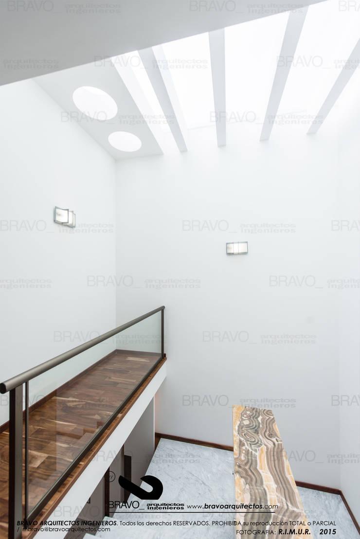 ESCALERAS: Pasillos y recibidores de estilo  por BRAVO ARQUITECTOS INGENIEROS